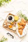 在白色床单的轻快早餐-平的位置 免版税库存照片