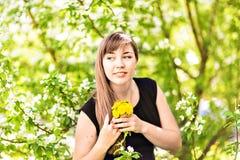 在白色开花树的美丽的少妇,户外反弹画象 免版税图库摄影