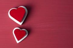 在白色心脏的双重红色心脏在红色难看的东西背景 免版税库存照片