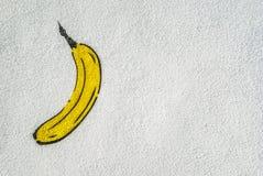 在白色房子墙壁街道画绘的香蕉 免版税库存图片