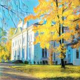 在白色房子附近的秋天树 库存图片