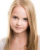 在白色打扮的白肤金发的年轻十几岁的女孩在演播室 库存照片