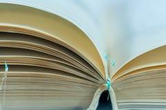 在白色打破的玻璃隔绝的被打开的老空白的书页 免版税库存照片
