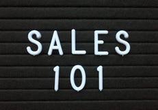 在白色文本的词组销售101在信件板 免版税库存照片