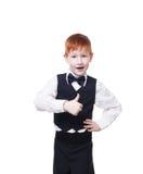 在白色显示赞许隔绝的背心的红头发人男孩 图库摄影