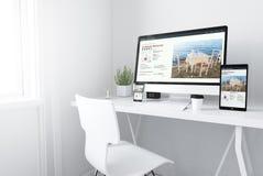 在白色最小的工作区敏感目录网站上的设备 皇族释放例证