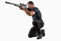在白色有狙击步枪瞄准的战士隔绝的 免版税库存图片