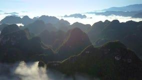 在白色有雾的云彩中的意想不到的鸟瞰图山上面 股票视频