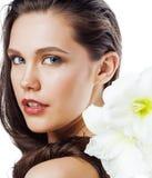 在白色有Amarilis花关闭的年轻俏丽的妇女隔绝的 免版税库存照片