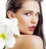 在白色有Amarilis花关闭的年轻俏丽的妇女隔绝的 免版税图库摄影