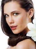在白色有Amarilis花关闭的年轻俏丽的妇女隔绝的 免版税库存图片