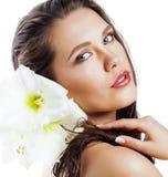 在白色有Amarilis花关闭的年轻俏丽的妇女隔绝的 库存照片