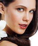 在白色有Amarilis花关闭的年轻俏丽的妇女隔绝的 库存图片