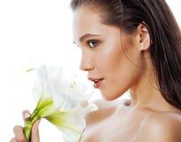 在白色有Amarilis花关闭的年轻俏丽的妇女隔绝的 图库摄影