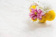 在白色木土气背景的鲜花花束 免版税库存照片