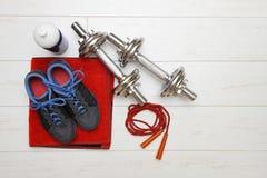 在白色木地板上的健身设备 免版税库存照片