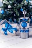 在白色木地板上的圣诞节灯笼与蓝色圣诞节球 库存图片