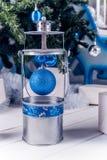 在白色木地板上的圣诞节灯笼与蓝色圣诞节球 免版税库存照片