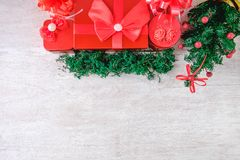 在白色木地板上的红色礼物盒 免版税库存图片