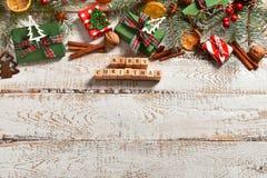 在白色木板的圣诞节平的被放置的背景 库存照片