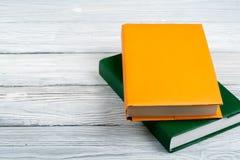 在白色木桌上的五颜六色的书 复制文本的空间 回到学校 免版税库存图片