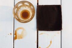 在白色木桌上的咖啡 选择聚焦 免版税图库摄影