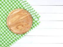 在白色木桌上的圆的切板 免版税库存照片