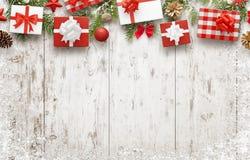 在白色木桌上的圣诞节礼物与文本的自由空间 免版税库存图片