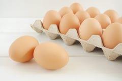 在白色木桌上的新鲜的鸡鸡蛋 免版税库存图片