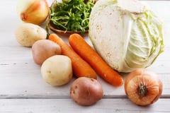 在白色木桌上的有机冬天菜 免版税库存图片