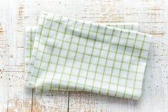 在白色木桌上的棉花餐巾 免版税图库摄影
