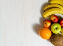 在白色木桌上的热带水果 免版税库存图片