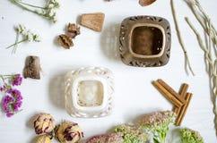 在白色木桌上的瓦器烛台 装饰cerami 免版税库存图片