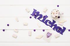 在白色木桌上的甜糖果 免版税图库摄影