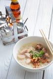 在白色木桌上的越南汤面 免版税图库摄影