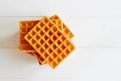 在白色木桌上的金黄奶蛋烘饼 库存图片