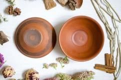 在白色木桌上的陶瓷装饰板材黏土盘 免版税库存照片