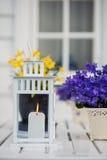 在白色木桌和紫色上的婚礼蜡烛开花 库存照片