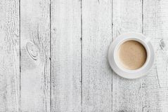 在白色木桌背景的咖啡杯顶视图 免版税图库摄影