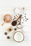 在白色木桌背景的自创椰子产品 油, 免版税库存图片