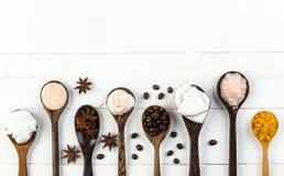 在白色木桌背景的自创椰子产品 油, 图库摄影