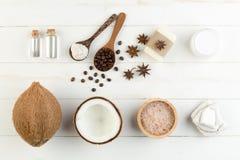 在白色木桌背景的自创椰子产品 油, 库存图片