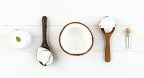 在白色木桌背景的自创椰子产品 油, 免版税图库摄影