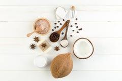 在白色木桌背景的自创椰子产品 油, 库存照片