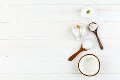 在白色木桌背景的自创椰子产品 油, 免版税库存照片