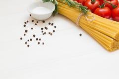 在白色木桌,宏指令上的意大利面团成份 免版税库存图片