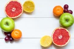 在白色木桌,拷贝空间上的柑橘水果 图库摄影