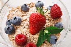在白色木桌,特写镜头上的健康早餐 免版税库存照片