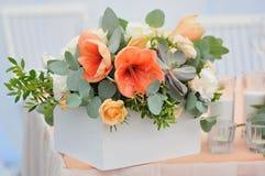在白色木箱的婚礼花束 库存图片