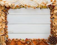 在白色木背景拷贝空间的秋天装饰手工制造框架 免版税库存照片